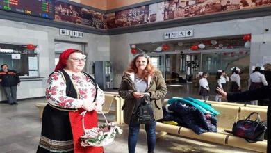 Баба Марта изненада с мартеници пътниците на гара Плевен