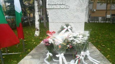 Плевен с цветя за Деня на народните будители
